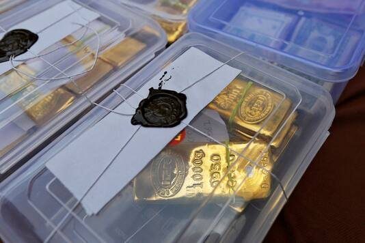 Seized gold bars are kept on display by Indian police officials at a police station in Ahmedabad February 24, 2015. (REUTERS/Amit Dave/File)